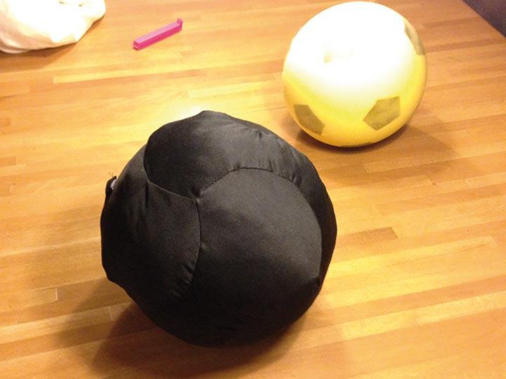 Prototyp im Vergleich zu einem herkömmlichen Schaumstoffball